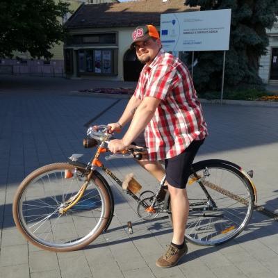 Gergő és a Repülő malac - Az én imádott hajtányom egy 'rat look' stílusban felújított veterán kerékpár. Együtt változik velem, néha több minden van rajta aztán megint csak kevesebb kiegészítő. Együtt megyünk német órára és kikapcsolódni is Miskolctapolcára. Együtt öregszünk. Ilyenek vagyunk mi, én és a kerékpárom.