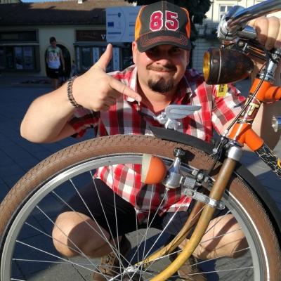 Gergő és a Repülő malac- Made in \'85 - A veterán rat look stílusban felújított kerékpáromra én magam készítettem a repülő malac sárvédődíszt. A menetszél nem okozhat nekünk gondot mert együtt hasítjuk a levegőt. :)