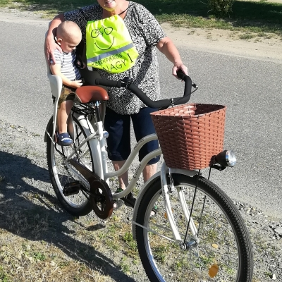 Kerékpáros nagyi - Kisunokámmal, Botonddal.