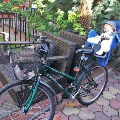Az első bringásreggeli - Léna (akkor fél éves) első bringásreggelijén egy kicsit elszunyókált.