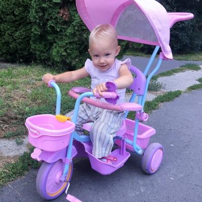 Első bringám - Léna (1,5 éves) megtette első önálló méterét a bicajon. Reggel rohan és mászik bele, hogy aztán előre-hátra ugrálva megindítsa a gurulást.