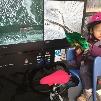 Ember a természetben - Anna kipróbálta a bicajos ülést - Anna (2 éves, unokahúgom) eddig nem ült bringás babaülésben, de most kipróbálta és megnéztünk egy fotókiállítást is